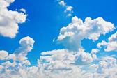 Cumulus bulutları ile mavi gökyüzü — Stok fotoğraf