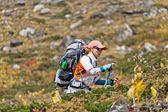 Femme trekking dans les montagnes — Photo