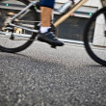 Man cycling on city street — Stock Photo