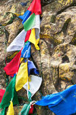 Buddhist prayer stone and praying flags — 图库照片