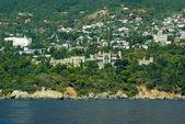 Alupka cidade e vorontsov palácio. vista do mar. crimeia. ucrânia — Foto Stock