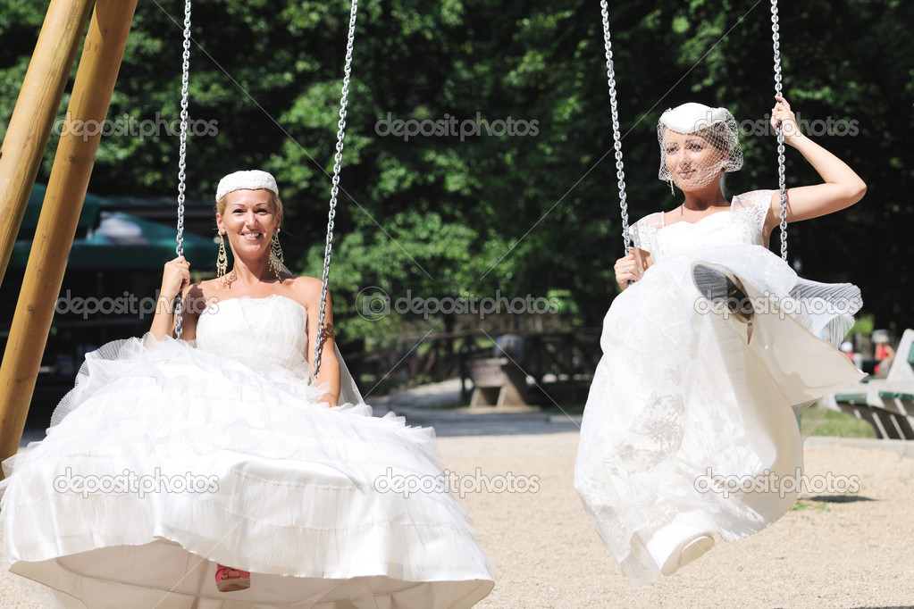 Beautiful bride woman in fashion wedding dress posing outdoor in bright park at morning — Foto de Stock   #6852229