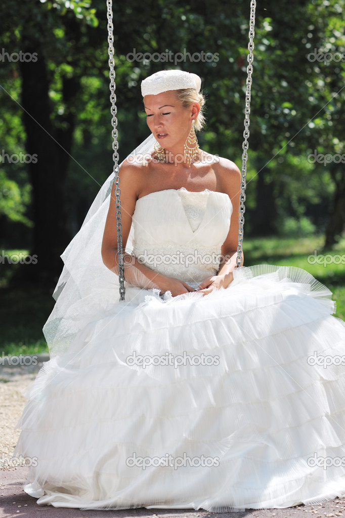 Beautiful bride woman in fashion wedding dress posing outdoor in bright park at morning — Stok fotoğraf #6852348