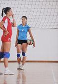 Niñas jugando voleibol juego de interior — Foto de Stock