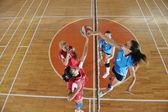 девочки, играющие в волейбол внутренняя игра — Стоковое фото