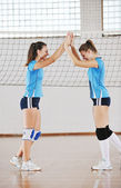 Meninas jogando voleibol jogo interior — Fotografia Stock