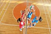 Kızlar Voleybol kapalı oyun oynuyor — Stok fotoğraf