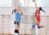 Děvčata hrají volejbal krytý hru — Stock fotografie