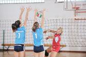 крытый игры волейбол девушки — Стоковое фото