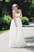 美丽的新娘户外 — 图库照片