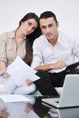 Couple joyeuse se détendre et travaille sur ordinateur portable à la maison moderne — Photo