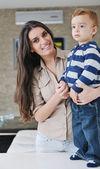 Feliz mãe e filho junto em casa — Fotografia Stock
