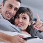 avslappnad ungt par tittar på tv hemma — Stockfoto #7593982