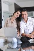 Vrolijke paar ontspannen en op laptopcomputer moderne thuis werken — Stockfoto