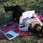 chica joven trabajo en portátil al aire libre — Foto de Stock