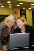 Glücklich reife frau arbeiten am laptop — Stockfoto