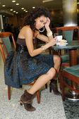 Jonge vrouw binnen — Stockfoto