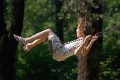 Garota feliz balançando — Foto Stock