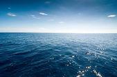 Mer avec des vagues bleues — Photo