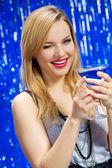 улыбается женщина с шампанским och стекла — Стоковое фото