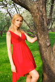Joven mujer hermosa en un vestido rojo — Foto de Stock