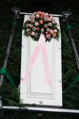 ピンクの同情の花と白い棺 — ストック写真