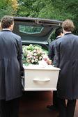 Bílá rakev z šedé pohřební vůz — Stock fotografie
