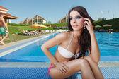 Piękna dziewczyna w basenie — Zdjęcie stockowe