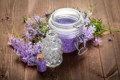 Spa still life - flores de primavera e sal de banho — Foto Stock