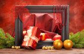圣诞节装饰-礼品、 球和云杉树 — 图库照片