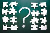 Vraagteken en puzzelstukjes — Stockfoto