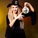 Hexe mit einem Disco ball — Stockfoto