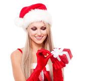 Kvinna med en present — Stockfoto