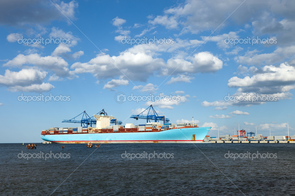 Container Ship is one of the largest container ships in the world. The length of the ship is 398m, width 56m, taking on board the 15 000 containers. — Stock Photo #6803103
