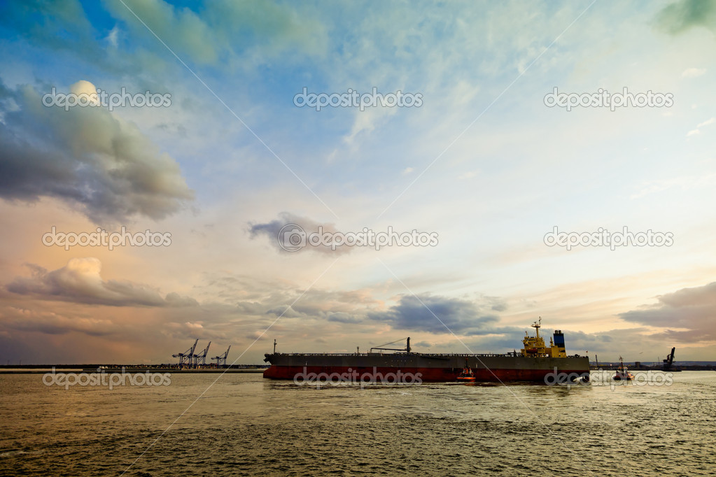 Maneuvering a large oil tanker at sea. — Stock Photo #6803107