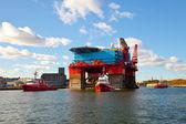 Bogsering plattform i hamn — Stockfoto