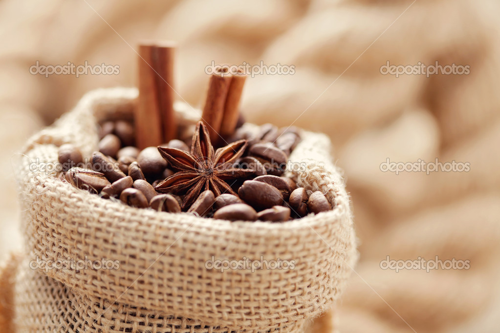 Aromatic coffee beans in sack - coffee time — Stock Photo #7880035