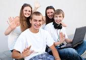 Grupa studentów na zewnątrz — Zdjęcie stockowe
