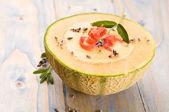 Fresh melon zupa z szynką i lawenda kwiat, parma — Zdjęcie stockowe