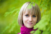 Vrij lachende blond meisje — Stockfoto