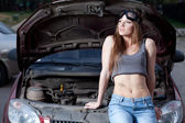 Donna riparazione auto — Foto Stock
