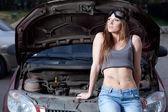 Žena opravit auto — Stock fotografie