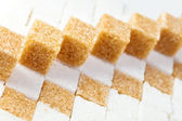 Terrones de azúcar de caña refinada no mentir sobre trozos de azúcar blanco — Foto de Stock