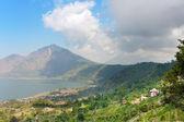 山アグン山と下部の火山湖です。バリ島。インドネシア — ストック写真