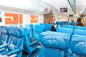 Interior de um trem de passageiros com assentos vazios — Foto Stock