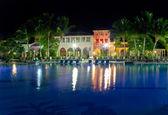 здания с ночным освещением за бассейн — Стоковое фото
