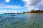 熱帯の島と海の上の小さな家を見る。ポリネシア — ストック写真