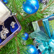 Gift box with a necklace on a New Year tree — Stockfoto