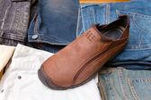 As calças combinadas por pilhas e uma bota — Fotografia Stock