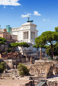 Italy. Rome. Ruins of a forum and Vittoriano — 图库照片